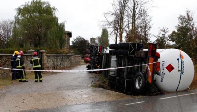 Camión volcado en Cidones