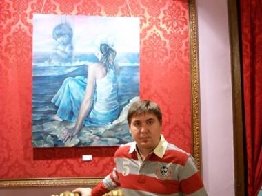 Eduardo con una de sus obras