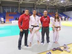 Judokas con su entrenador