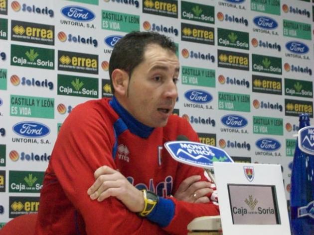 Machín explicando en rueda de prensa