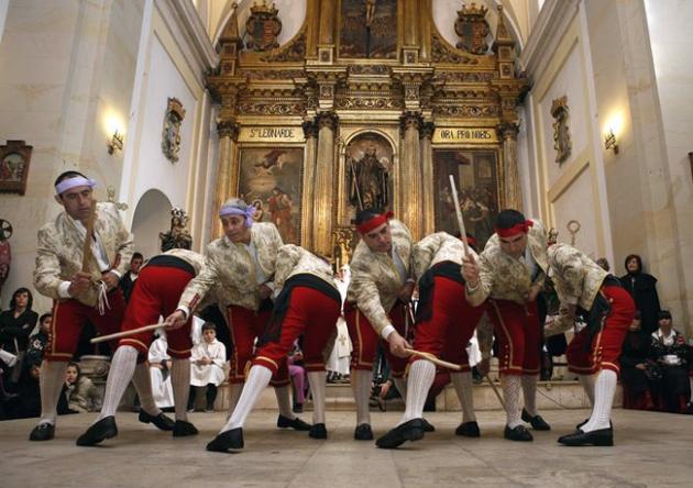 Las danzas se bailan en la iglesia
