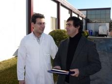 Iván García y Ricardo González, en el exterior de la fábrica