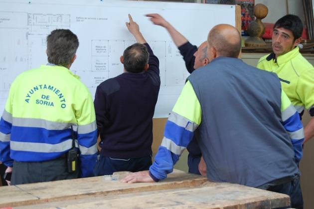 Trabajadores viendo los planos