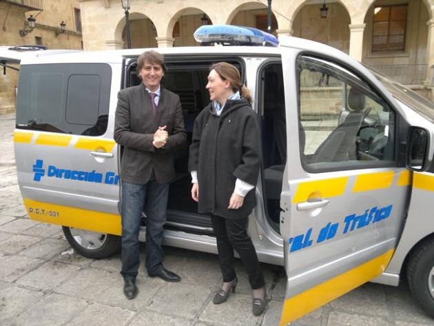 Martínez y Heredia con el vehículo