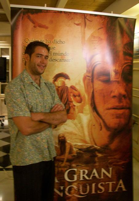 Iván Hermes junto al cartel promocional