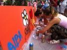 Jóvenes haciendo un graffiti