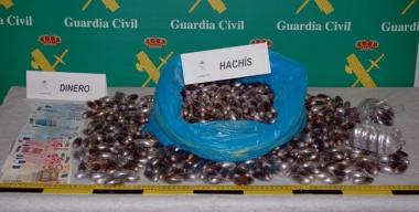 Haschís y dinero intervenido al presunto traficante detenido