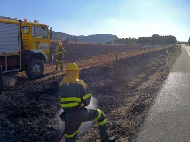 El fuego llegó hasta la cuneta de la carretera