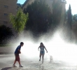 Dos niños jugando en las fuentes del Rincón de Bécquer este jueves