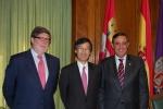De izquierda a derecha, Aparicio, Satoh y Pardo en el salón de Presidencia de la Diputación