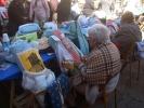 Foto 1 - Encajeras de Soria y de las comunidades vecinas llenan la plaza Mayor en el preámbulo del arranque de las fiestas de San Saturio