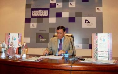 El presidente de la Diputación presenta los recortables de la vestimentas tradicionales sorianas