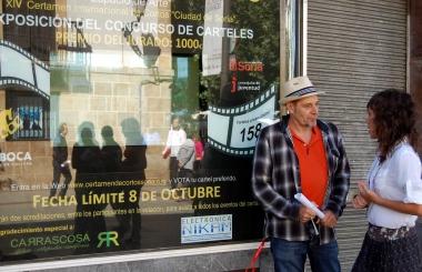 Javier Muñiz ante el cartel anunciador de la exposición