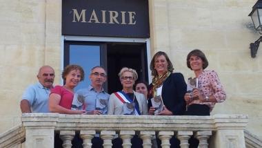 Santamaría con la alcaldesa de Vayres y demás autoridades