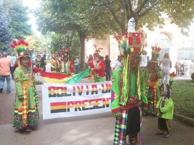 Mucho colorido en el desfile