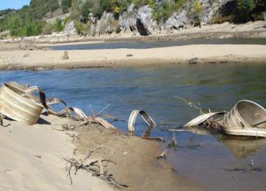 Chatarra en el fondo del río