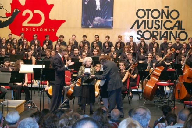 Los Duques de Soria entregan la Medalla de Oro de la Ciudad de Soria a la viuda del maestro Odón Alonso