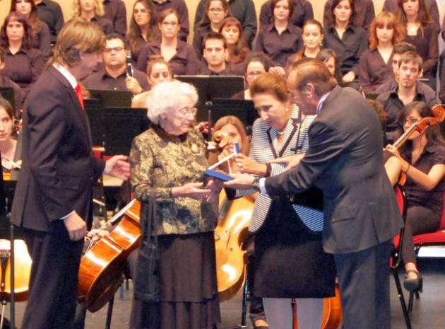 Los Duques de Soria entregan la Medalla de Oro  a la viuda del maestro Odón Alonso