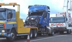 Camión accidentado siendo remolcado