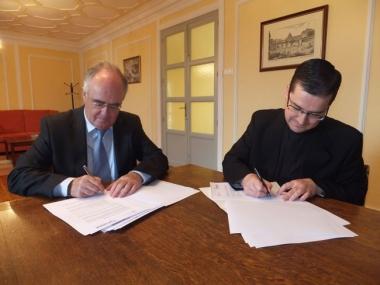 Firma del contrato de la parroquia de Camaretas
