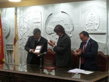 Villar recibe una placa de manos del alcalde
