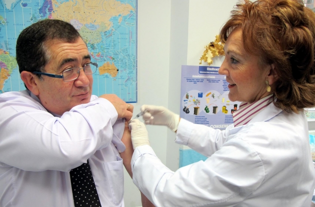El gerente del Área de Salud, Agustín Ayuso, se vacunó este lunes