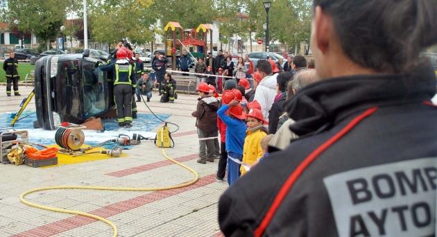Exhibición de los bomberos en el parque de La Barriada