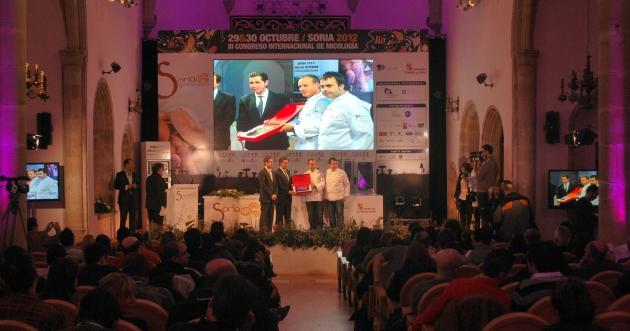 Los cocineros cántabros recibiendo la placa de reconocimiento del congreso