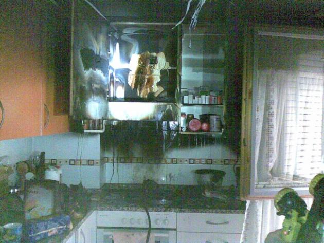 Daños en la cocina por el fuego en un piso de la avenida Valladolid