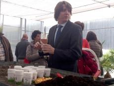 El alcalde siembra una de las semillas en el invernadero