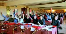 Los delegados, votando una de las mociones presentadas