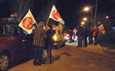 Los piquetes informativos enarbolando banderolas de sus organizaciones