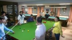 Jóvenes en la mesa de snooker