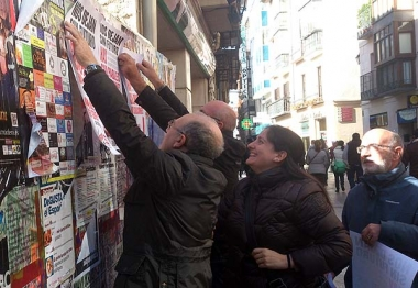 Gómez (izda.) y Romero, durante la pegada de carteles para la convocatoria de huelga