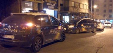 Vehículos de Policía, junto al portal