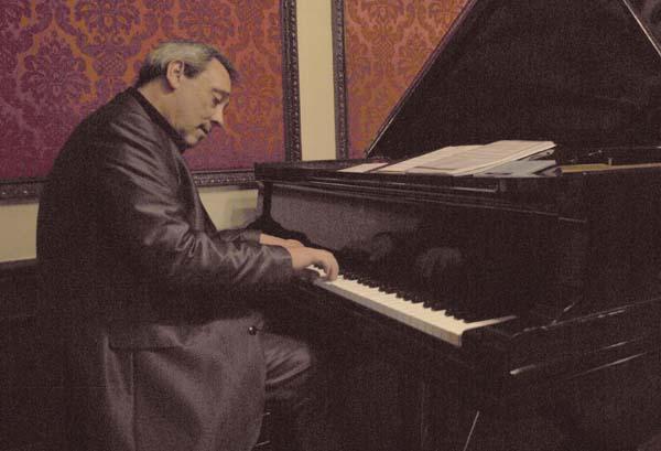Gil sobre el teclado del Steinway & Sons del casino
