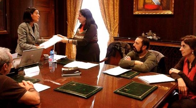 Un momento de la reunión con la representante del Procurador del Común