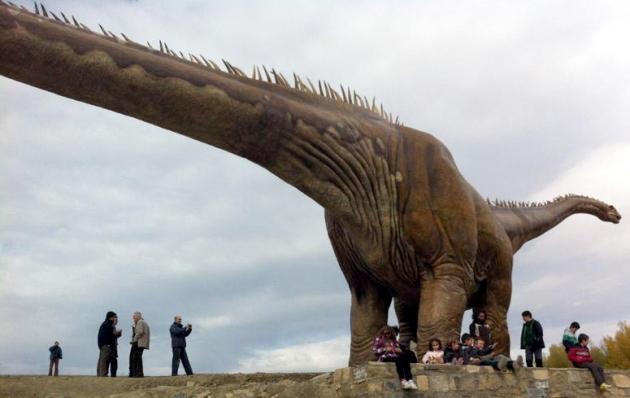 Los más pequeños han disfrutado de la inauguración de la réplica del dinosaurio