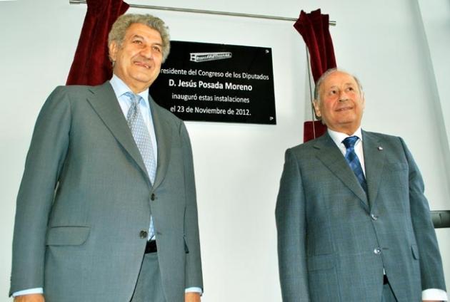 Vidal Gil, (dcha.) tras descubrir la placa conmemorativa en presencia de Posada