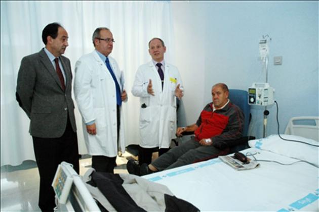 Manuel López, Enrique Delgado y Luis Lapuerta con un enfermo