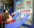 Celia Domínguez, titular de la Administración 2 de Soria coloca el cartel del 3er Premio