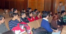 La concejal López con los estudiantes