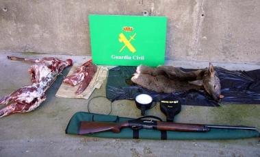 La corza desollada y material de caza