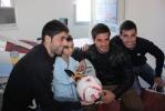 Juanjo, Natalio y Bedoya con un niño
