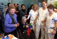 La centenaria con empleadas del centro Benilde
