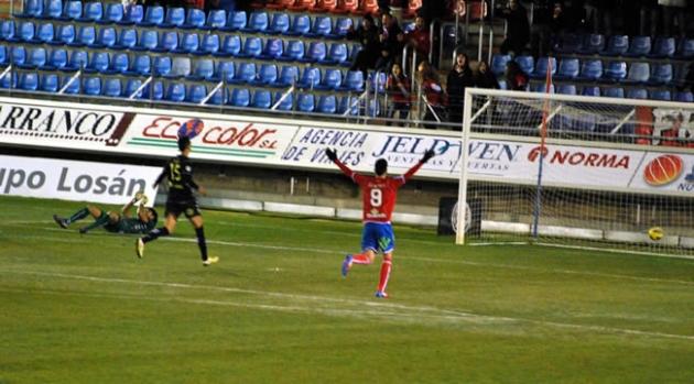 Juanjo celebra el tercer gol de Natalio