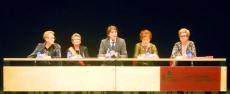 Mínguez, en el centro, se dirige a las mujeres en la Audiencia