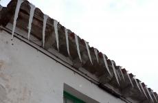 Carámbanos en un tejado