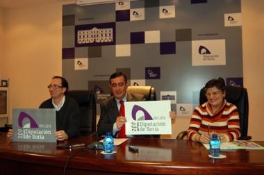 Pardo muestra el logo del bicentenario, junto a Guillermo Martínez y Yolanda Martínez
