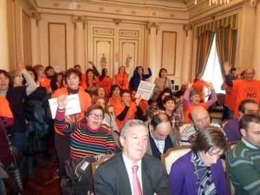 Trabajadores de residencias, en un Pleno de Diputación